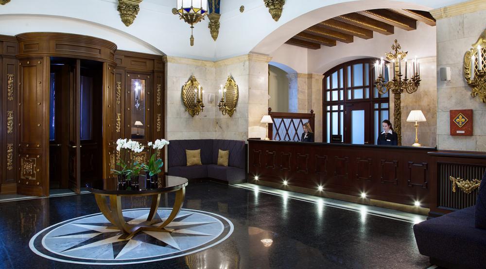 освещение холла отеля